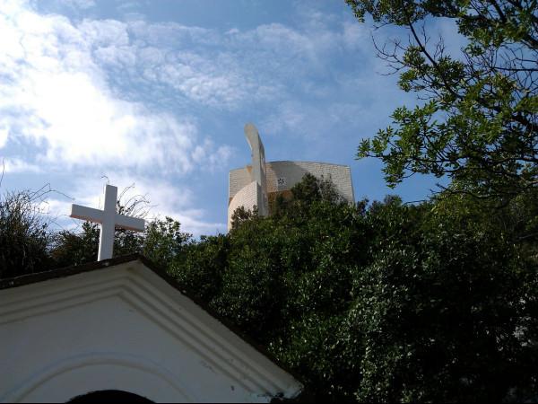 Kostol Okit spolu so zastavením krížovej cesty, pri ktorej bola keška.