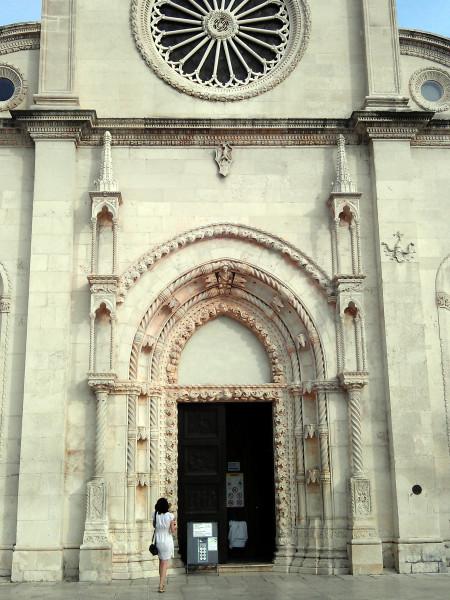 Katedrála svätého Jakuba - zapísaná na zozname svetového dedičstva UNESCO. Počet reliéfov na vstupných dverách: 8.
