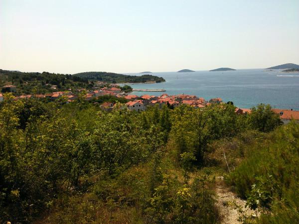 Výhľad na more a dedinu Šepurine.