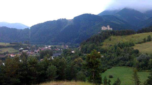 Výhľad na hrad Strečno od pamätníka.