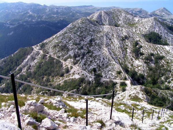 Kľukatá cesta hore na vrch Sv. Jure.
