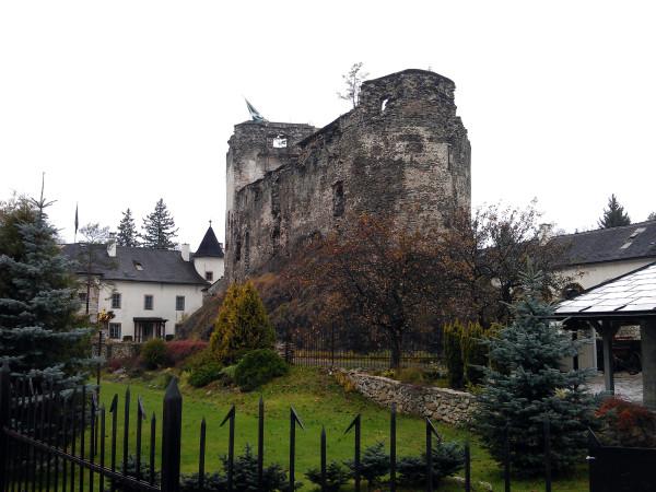 Grand Castle - stará časť hradu, ktorá ešte neprešla rekonštrukciou. Alebo teda, kompletnou znovu-výstavbou?