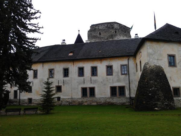 Grand Castle - naše dve okná. Neviem síce presne ktoré, asi tie viac na ľavú stranu.