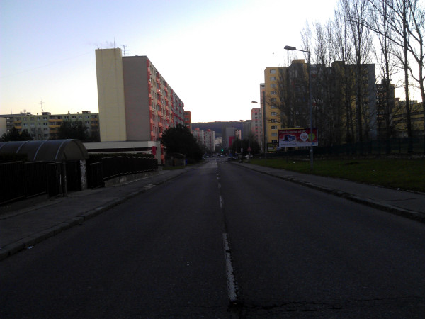 Pohľad na úplne prázdnu Repašského ulicu v Dúbravke ráno na Štedrý deň.