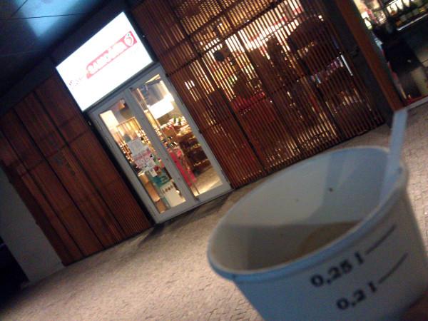 """Mám dve fotky: Na jednej vidno dobre nápis """"Moja Samoška"""", ale nevidieť pohárik s kávou. Toto je tá druhá fotka..."""
