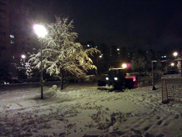Odhŕňač snehu brázdil dúbravské chodníky celý večer.