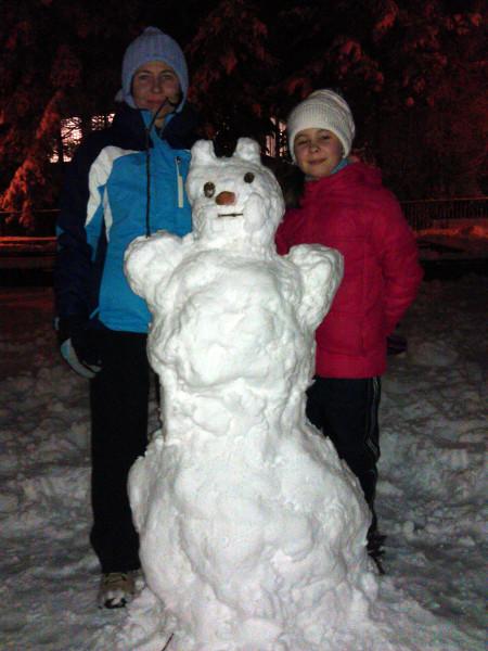 Naše dve snehuliačky a snehuliak z ušami (keďže sme nemali hrniec, na hlavu dostal uči :-).