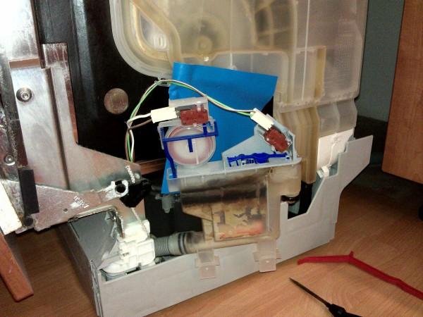 Chyba F4 (pretečenie vody) do vnútorných priestorov umývačky býva často spôsobená zaseknutým plavákom (tá červená vec), ktorý včas nevype napúšťanie vody. Žiaľ, náš problém to nie je - my máme prasknutú PVC hadicu :-(