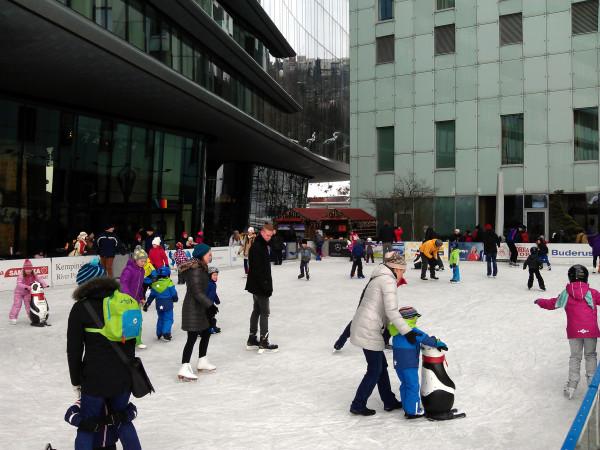Korčuľovanie na verejnom klzisku pri River parku je stále v prevádzke.