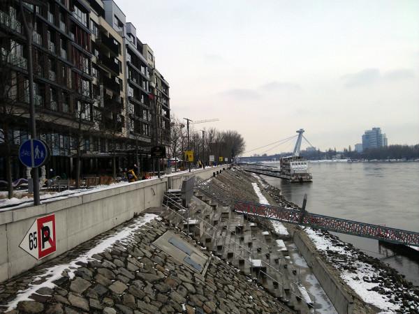 Nábrežie Dunaja pri River parku - pohľad od klziska.