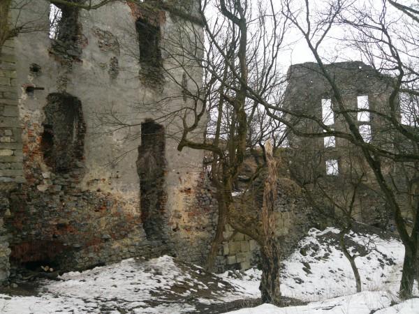Hore okolo hradných múrov sú stále  fľaky snehu, dole v dedine už nič.