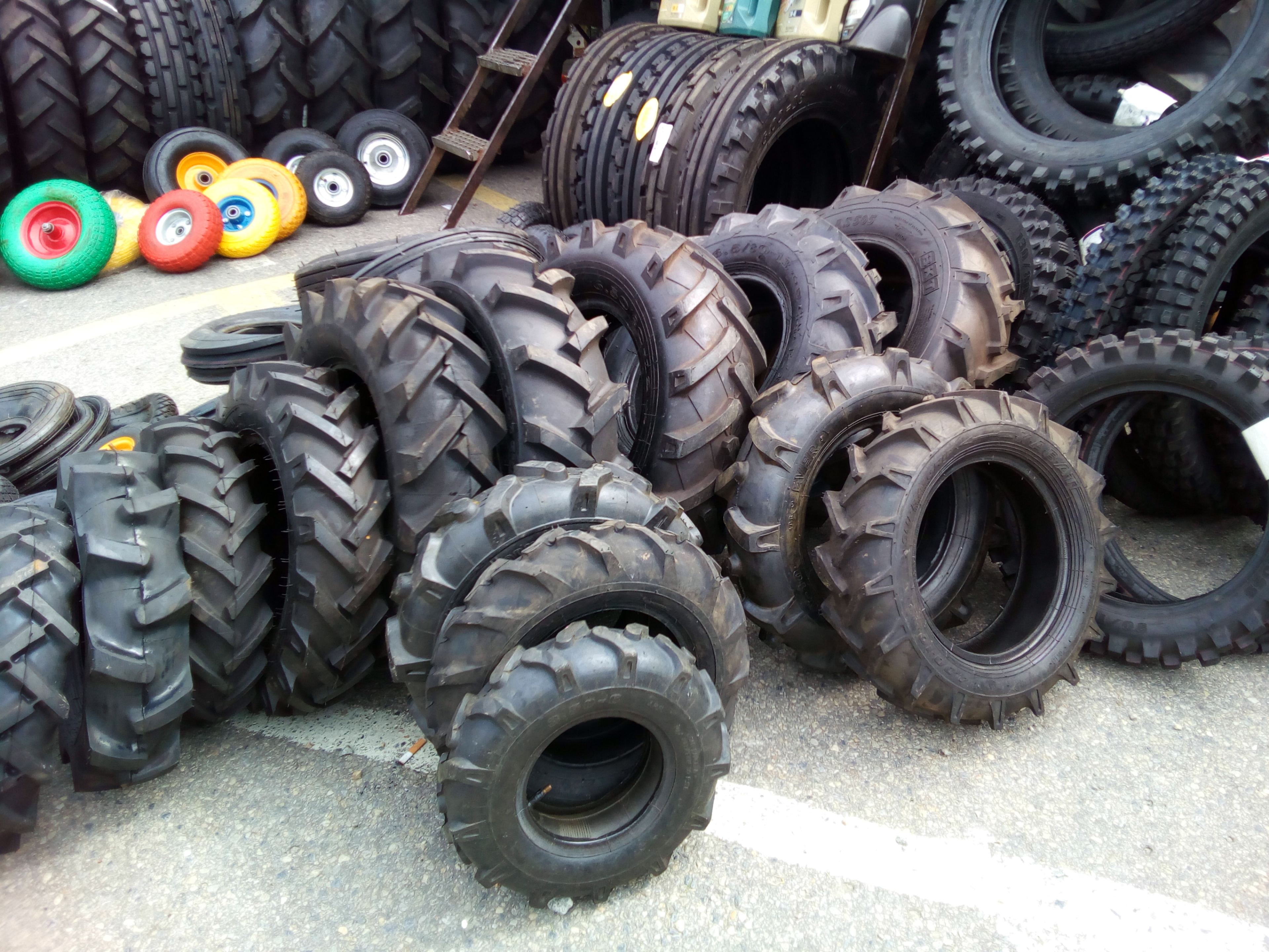 39530dd763a7 Napríklad aj pneumatiky na traktor…